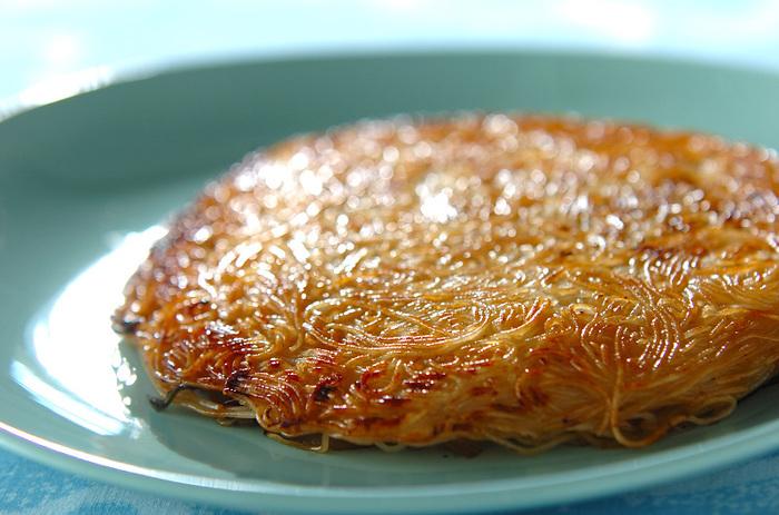 そしてお次は焼きそうめん!そうめんアレンジの醍醐味のひとつです。こちらは麺と豚バラ肉を一緒くたに焼くスタミナレシピ。焦らずじっくりおいしい焦げ目が付くまで焼きましょう♪