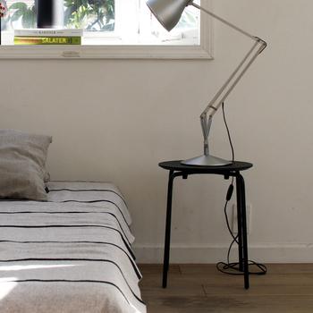 デザイン性の高いライトもスツールに置くと、高さ調節が簡単になります。高さのあるライトをのせるときは、スツールをすこしベッドから離しておくと調節しやすくなります。