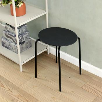 薄い座面と細いスチールの脚が華奢な印象のスツールは、隣のシェルフと同じような感覚で並べてみて。キャンドルや間接照明を置きたくなるスツールです。