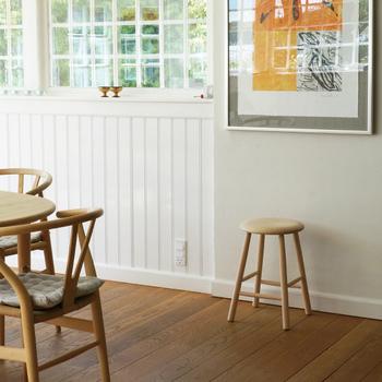 白木のスツールはナチュラルなテイストのお部屋にマッチします。大きな額の下に置いてみると、驚くほどバランスがよくなります。