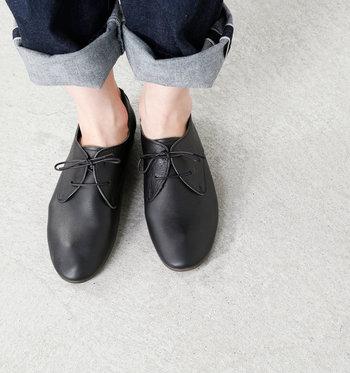 足の形が外からでもわかるほど、やさしく柔らかなレザーで仕上げられたレースアップシューズです。とにかく軽く、かかと擦れ防止の布や、素足でも履ける内側のスエード加工など、足あたりの良さを追求した職人仕事が光る快適な履き心地。スカートにもパンツにも合わせやすいシンプルなデザインも重宝します。