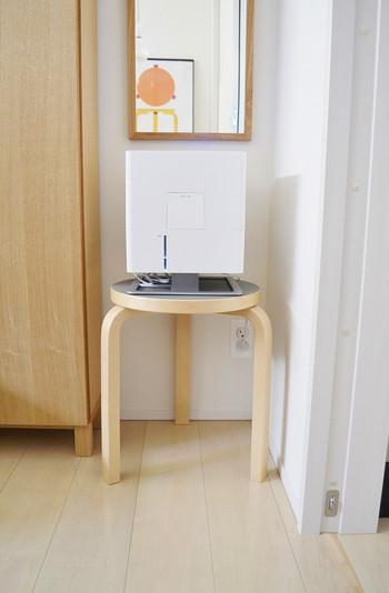 こちらはスツールの上に加湿器を置いています。床に直置きするよりも給水のときに、処理が楽になるそう。ほんの小さなことでも不便だなと思ったら、置き方を工夫してみると案外簡単に楽をする方法が見つかるときもありますよね。