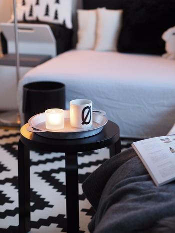 ローテーブルほどではないけれど、ちょっとカップを置く場所がほしいと思ったらスツールをセットしてみましょう。コンパクトなサイズ感がソファのサイドテーブルとしてもぴったりなんですよ。