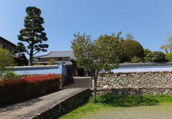 「文化交流ヴィラ高橋邸」は、少し趣の異なる施設です。日本の麦酒業界の繁栄に貢献し、通産大臣として戦後の経済復興に貢献した高橋龍太郎翁を育てた屋敷がこの屋敷です。元アサヒビール株式会社会長でもあった龍太郎翁の長男が、郷土の内子町へ思いを寄せていたことから、その遺族によって高橋邸は町へ寄贈されました。母屋に喫茶コーナーが設けられ、お茶を飲んでのんびり休憩できます。また、離れは一日一組限定の宿泊施設になっています。