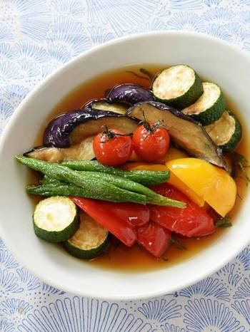 カラフルな見た目が楽しい夏野菜の揚げびたしです。そうめんに汁ごとかけてもおいしいのだそう♪野菜不足が気になるときにも良いですね。