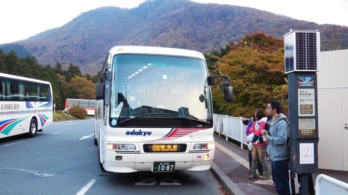 また、高速バスを利用すれば、箱根湯本を経由せずとも「仙石原」へ直接足を運ぶことができます。 【画像は、桃源台バス停に停車中の新宿駅行の高速バス】