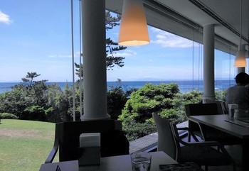 鑑賞後の心地よい疲れをいやしてくれるのが付帯施設のカフェレストラン「ORANGE BLEUE(オランジュブルー)」。 海を一望するテラスあり。