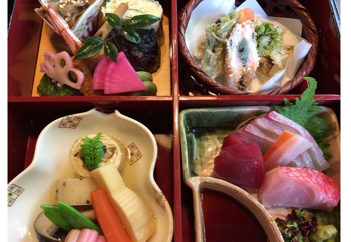 お造り、焼き物、煮物、揚物、香の物、お椀、水菓子の内容でて4千円と少し。※事前に予約できます。