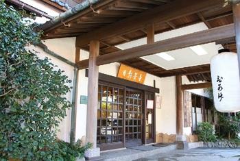 """葉山を代表する日本料理店です。 江戸期、漁業の一大集積地・三浦半島と江戸を結ぶ""""峠の茶屋""""として開業。明治期には御用邸のある""""高級リゾート・葉山""""の一翼を担う料理旅館に。昭和期以降、現在の形になりました。"""
