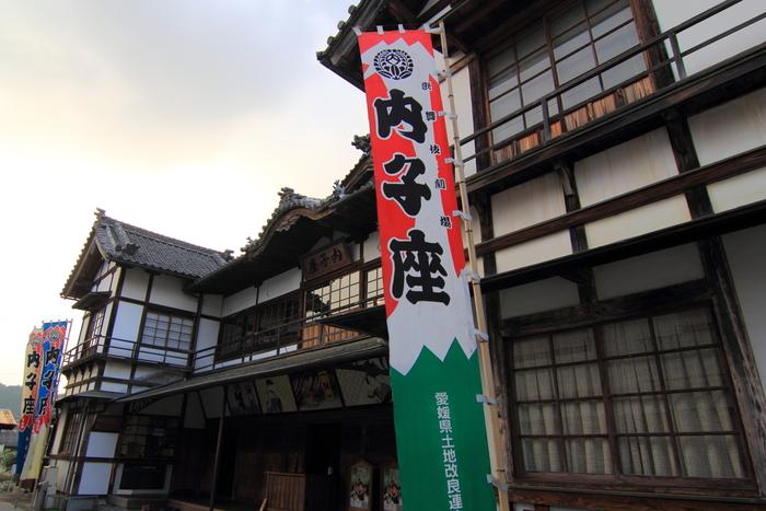 その後も芝居だけでなく、映画館に改装されたりもした後、老朽化で取り壊しとなるところを地元住民が保存に乗り出し、昭和60年に芝居小屋として復元、今も内子町内外の芸術文化拠点として活躍しています。