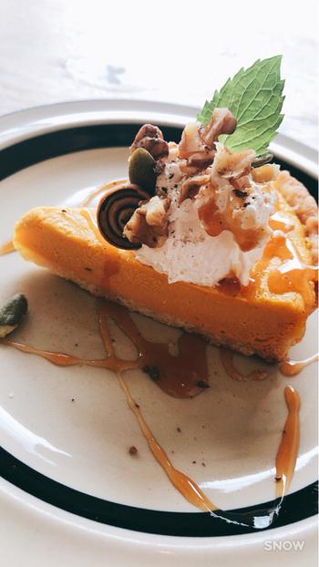 """絶品と評判のケーキもおすすめ!こちらは""""かぼちゃのなめらかチーズケーキ""""とてもなめらかで、生クリームとメープルとの相性が抜群なんだとか…。"""