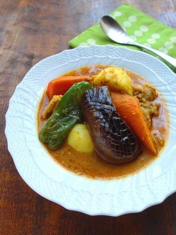 スープ仕立てなのにしっかりコクも辛味もあるスープカレーは、なかなか家庭で作るのが難しいのですが、スパイスを組み合わせれば自宅で作ることができるんです。ゴロゴロ入った野菜も美味しく、疲れた体に染み渡る美味しいスープカレー。是非試してみる価値ありです!