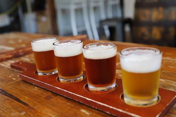 ビールの種類はおよそ100という単位があげられるほどたくさんあります。全部を覚えるのは大変ですが、それだけ味わいの種類がある、ということを覚えておいてくださいね。辛口や甘口などさまざまですが、それによって相性の良いおつまみも変わってきます♪