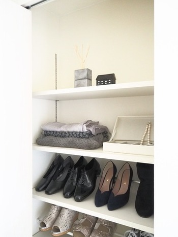 例えば、ストールなどは出かけるときにはっと思い立って取りに戻ることありませんか?『Little Home』のcoyukiさんは、玄関の靴箱の上段にストールを置いています。靴箱は靴を置くもの!という常識にとらわれないで、必要なものを収納すると便利です。