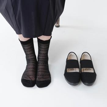 日本人の足は一般的に幅広・甲高と言われており、選ぶ靴もできるだけ幅広の方が楽だと考えがちな方も多いのではないでしょうか。でも実際には、靴の内側に隙間ができるほど幅の広い靴を履いてしまうと、歩くたびに余計な踏ん張りが必要となり、足のむくみがひどくなったり靴擦れやタコの原因になったりするので注意が必要です。