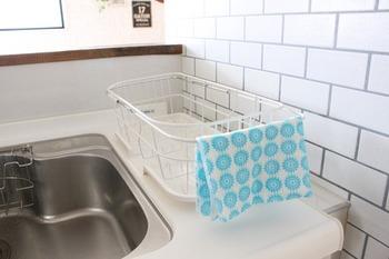 ■食器カゴの取っ手  食器カゴに取っ手つきのものを選んで、その取っ手を布巾掛けに使用した賢いワザ。布巾がシンクなどにつかないようなサイズのもので試してみて。