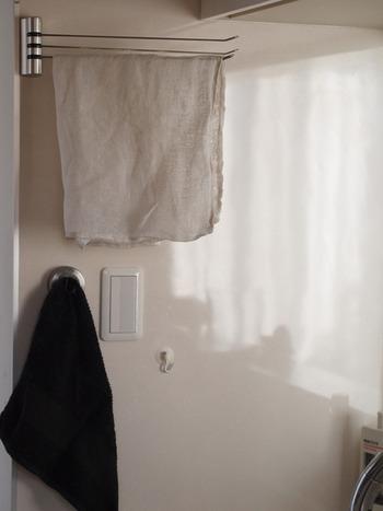 ■布巾がペタッとしないハンガー  一般的なハンガーに見えますが、よ~く見るとフックが細長いU字型になっているんですよ。