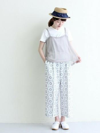 こちらは透け感のあるニット素材のキャミを重ねたコーデ。フェミニンで柔らかな雰囲気を楽しめます。真っ白のTシャツで爽やかにまとめていますが、カラフルなTシャツを合わせてもオシャレ。