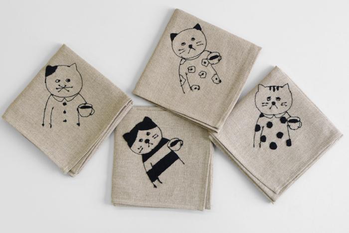 給湯室でばったり出くわしたような、片手にカップを持った可愛い猫たち。「まあまあ、ちょっと休んで一杯どうですか?」この無表情さもなんだか味わい深いんです。こちらはミシン刺繍作家の菅原しおんさんと倉敷意匠計画室のコラボアイテム。ナチュラルなリネンのお弁当包みです。