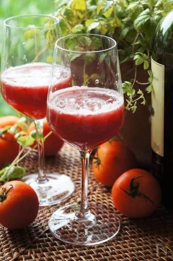 トマトと赤ワイン、真っ赤な色が印象的なサングリア。トマトの甘酸っぱさが素敵なアクセントになった、夏ならではのベジタブルワイン。体にもよさそうですね。