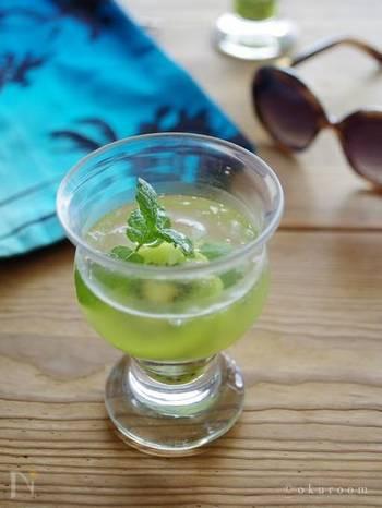 キウイとミントを使った爽やかグリーン系のサングリアに、クラッシュアイスを加えて。見ているだけで清涼感がありますね。キウイは、ぜひ完熟のものを。エキスがワインになじみやすく風味がより豊かになります。