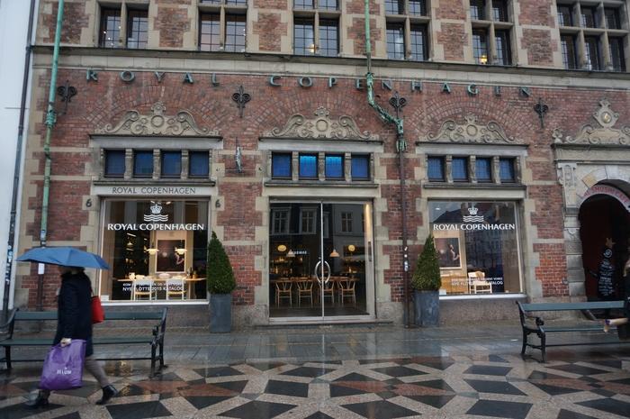 1775年、王室使用と親交のある各国の王室への贈答用陶磁器を製作する王室御用達製陶所として設立されたロイヤルコペンハーゲン。繊細なレース技術や熟練したペインターによる手描きされている絵柄、特にコペンハーゲンブルーと呼ばれる独特の青は日本でも根強い人気です。デンマークへ来たならば、何か一つ買って帰りたい!