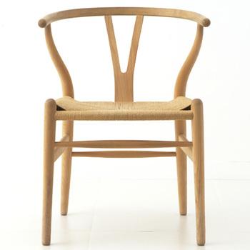 カールハンセン&サン社の大ベストセラー「Yチェア」。背もたれや座面の究極の曲線は、長い年月を経ても変わることの美しさを備えた名作です。
