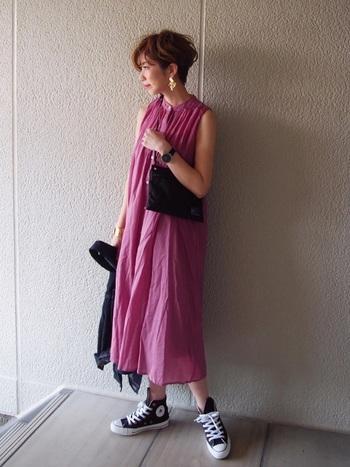 ふんわりギャザーのノースリーブワンピースに、コンパクトなミニポーチを斜めがけ。小物をシックなカラーでまとめることで、甘いピンク色も大人っぽく着こなせます。