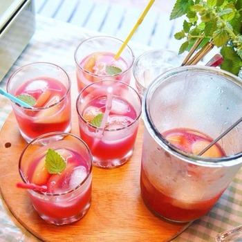 レモンバームのハーブティーに、ラズベリーなどのフルーツビネガーウォーターを合わせます。ラズベリーから色が溶けだして、美しいレッドに染まっていきます。