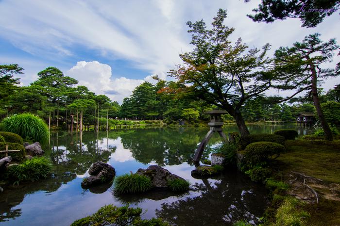 「金沢」は、加賀百万石の風情を今に伝える兼六園や金沢城公園、茶屋街など伝統的な景色と、21世紀美術館のような近代的な建物、両方を楽しむことができる街です。