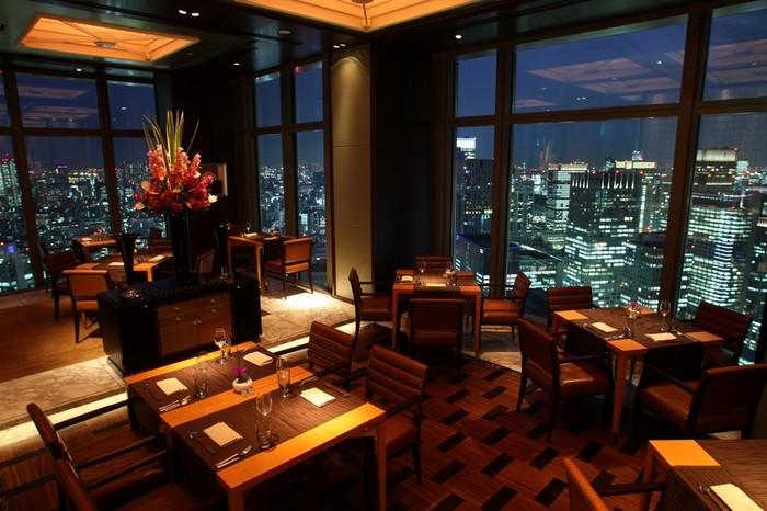 東京メトロ三越前駅から徒歩2分の距離にあるマンダリンオリエンタル東京の38階に位置するこちらのお店。その名の通り、東京のきらびやかな夜景を堪能することができるイタリアンレストランです。天井まで届く大きな窓からの景色を楽しむために、予約は窓際をお願いするといいでしょう。