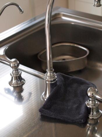 たとえばシンクなどの水周りの掃除にお酢を使えば水垢が消えてピカピカになりますし、湯呑の茶渋を取る、トイレ掃除、フローリング磨き、洗濯ものの黄ばみ防止など、家中のキレイに大きく貢献!