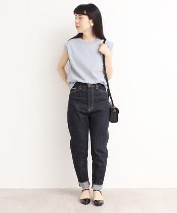 小振りのショルダーバッグとストラップシューズを合わせ、シンプルな着こなしをガーリーに味つけ。裾はロールアップして軽さをプラス!