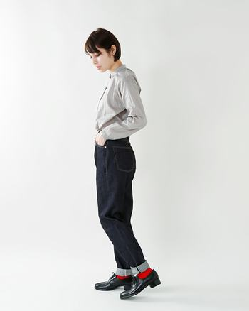 ぼんやりしがちな曖昧カラーのシャツは、濃紺デニムでピリッと締めるのが◎。さらにカラフルなソックスを覗かせ、ワンツーコーディネートに小粋なアクセントを。