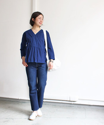 洋服の藍色と小物の純白が叶えた爽快ルック。潔いカラーブロックが、プレーンな着こなしをスタイリッシュに導きます。