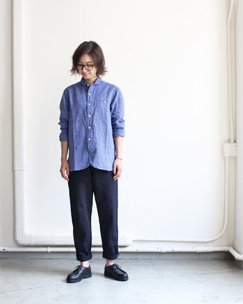 ブルーのシャツ&インディゴデニムで組み立てたワントーンルック。大きめの眼鏡とレースアップシューズが、着こなし全体をマニッシュに引き寄せます。