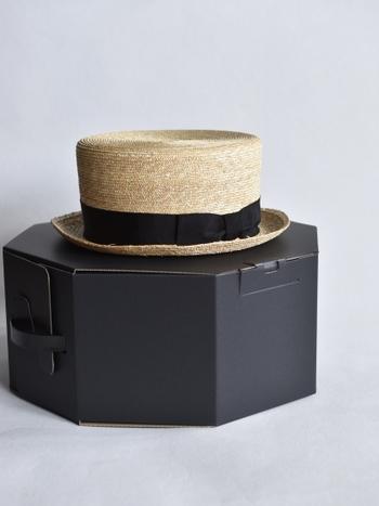 夏には欠かせない、ストロー素材のアイテムは、涼しげな雰囲気をプラスしてくれます。 帽子はデザインによって、大人っぽく、元気よく…と雰囲気ががらりと変わるので、コーデの雰囲気に合うものをセレクトして。