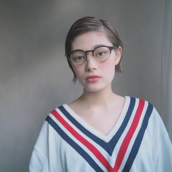 スリークヘアと大きめ眼鏡は相思相愛。レトロかつボーイッシュな雰囲気が、今っぽいおしゃれ感を誘います。洋服もトラッドテイストのアイテムを選ぶのがGOOD!