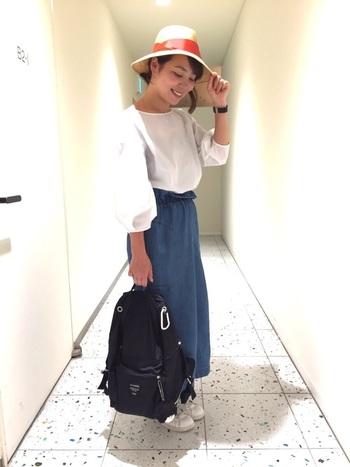 白ブラウス×デニムのロングスカート、白スニーカーを合わせたオトナカジュアルなスタイルにも相性ピッタリなBUDDY。街中や旅先でたくさん歩いても疲れ知らず。バッグのように手持ちしても大人可愛いです。