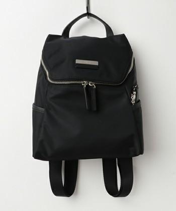 小ぶりで可愛いアニエス・ベーの黒リュック。軽量・丈夫なナイロン素材仕様で、サイドポケットにはパスケースも入る便利なポーチ付きです。いろいろなデザインのリュックがありますが、どれも華奢に背負える小型サイズが多いのが特徴です。