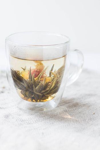 """緑茶や紅茶のような茶葉もあれば、""""工芸茶""""と言って、お湯を注ぐことで丸く固まっていた茶葉が花開くような種類もあります。発酵度合いや焙煎の深さによって味も変わってくるので、同じ茶葉でも違う香りや風味を楽しむことが出来ます。なんだか奥が深いですね。"""