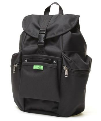 鮮やかなグリーンのタグがパッと目を引くデザインの黒リュック。アメリカの工具バッグや、ガーデニングバッグをモチーフにしたシリーズです。ポリエステル100%素材なので、使い込んでいくとコットンのようなナチュラルな風合いになります。