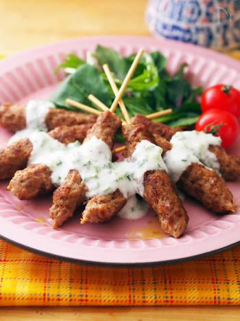 ひき肉にカレールーを混ぜた簡単アイデア。ヨーグルトソースが、夏らしい爽やかなおいしさ。とてもおしゃれで、パーティーなどにもおすすめです。