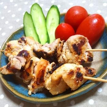 トルコ風のケバブを作るなら、まずは現地でも一般的な調理法といわれる串焼きがおすすめ。鶏もも肉を、クミンなどのスパイスをきかせた調味料に漬け込み、フライパンやグリルで焼きます。