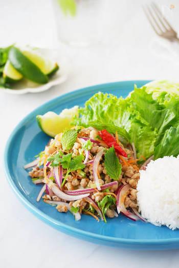 タイ料理のラープ。ライムをたっぷり搾って頂きましょう。ご飯と混ぜてライスサラダにするのもおすすめです。