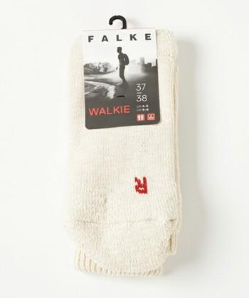 トレッキングやウォーキング用として開発されたソックス。人間工学に基づいて設計された左右非対称デザインのため、左右を示すマークがついています。足底部にはパイル編みを施してクッション性を高め、足をしっかりとサポート。