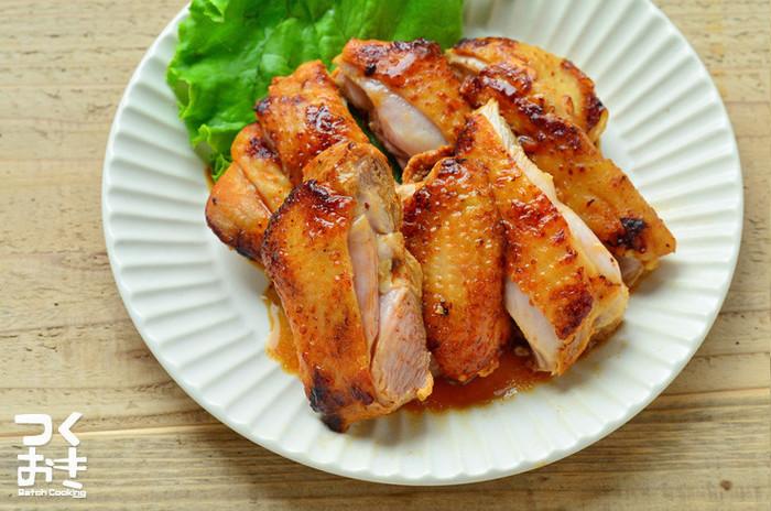 鶏もも肉をそのままフライパンで焼く簡単な方法。コリアンダーやクミン、ターメリックなどエスニックな味つけに欠かせないスパイスを使って。お肉を柔らかくするために塩麹に漬け込んでいます。焼いたまま盛り付けてプレート料理にするのもOKですし、サンドなどにするのもいいですね。
