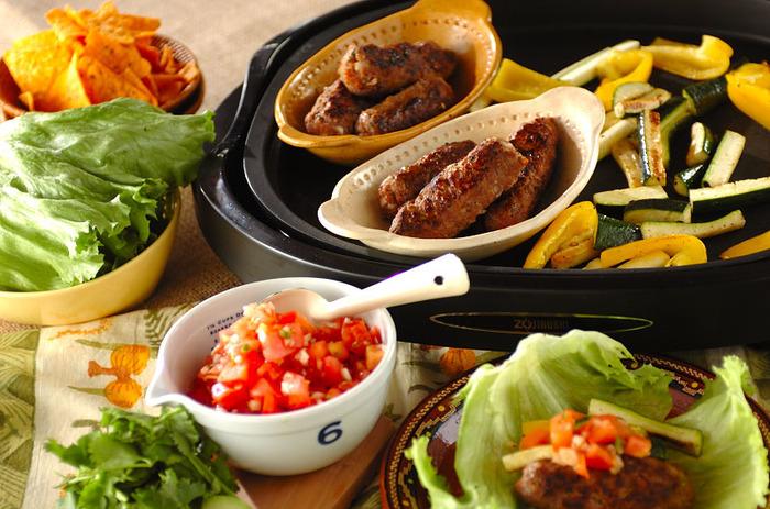 ケバブと焼き野菜などを、レタスでくるんで自由に食べるスタイルはいかが?自家製サルサソースを添えて。夏は、こんなケバブパーティーもいいですね。ピタパンなどを用意するのもいいかも。