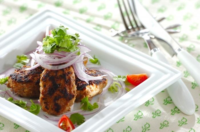 ひき肉を使って、ケバブ風の味つけのハンバーグにするのも手軽でいいですね。こちらは、ガラムマサラを使用。作りやすくて食べやすい一品です。トッピングのパクチーもいい感じ。