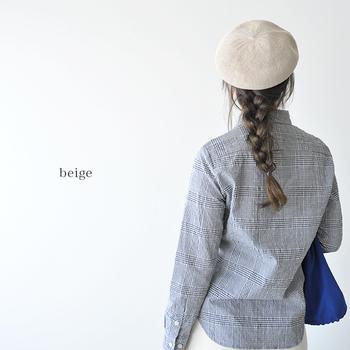 キャスケット同様、ベレー帽にも編みおろしはよく合います。シャツワンピースなどを合わせれば、どこかクラシカルな雰囲気が漂う上品なコーデに仕上がりますよ。